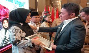 Gubernur Herman Deru Beri Piagam Penghargaan Guru Berprestasi Tingkat Nasional ke SMP LTI IGM
